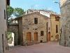 San Gimignano, casa privata con sculture nelle nicchie