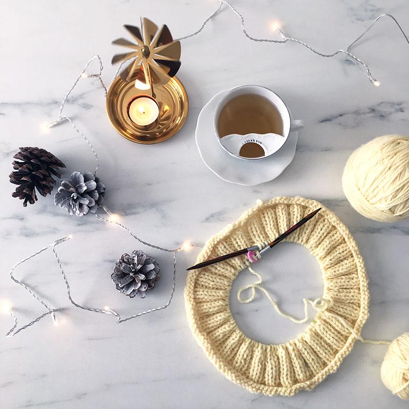 collo maglia topdown, con candela aromatica lavanda ed eucalipto, tazzona di té green chai e lucine per l'allegria