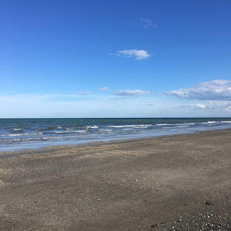 vista spiaggia e mare in inverno