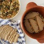 composizione ribollita toscana con pane, verdure e fagioli nel coccio