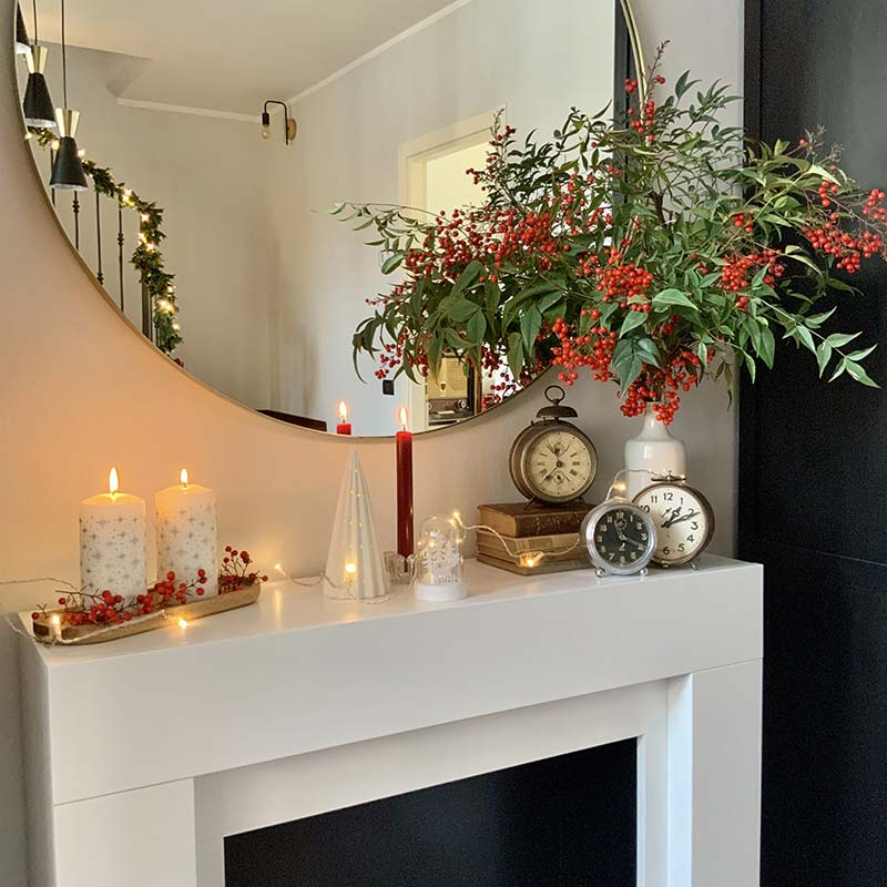 natale in lockdown, caminetto e candele accese con addobbi naturali dal giardino