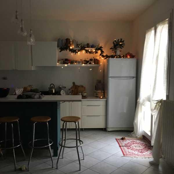 La cucina ikea a Natale: nuove ante e maniglie e nuovo lampadario, vista panoramica