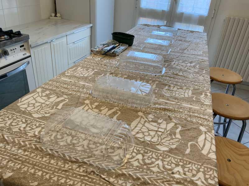 Preparazione per dipingere le ante Ikea: vaschette per alimenti