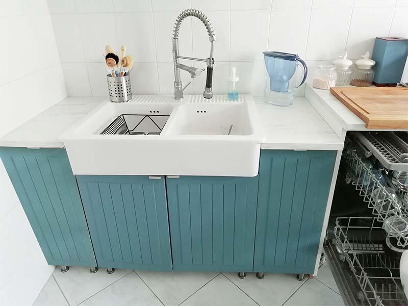 Lavandino in ceramica doppia vasca e ante ikea dipinte in blu petrolio con Novecento Paint