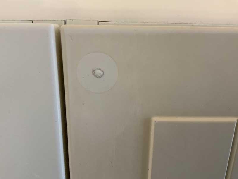 Come far sparire il buco di una maniglia: silicone acetico