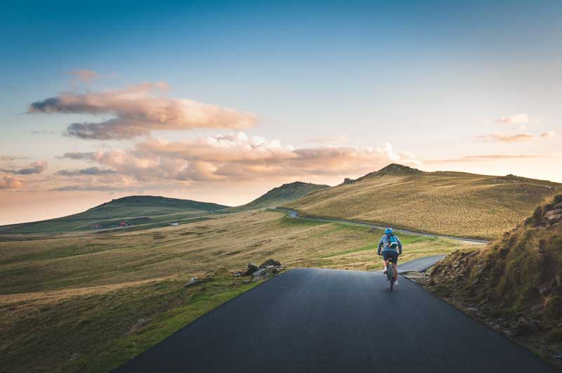 ciclista in panorama collinare simboleggia marginal gains sport
