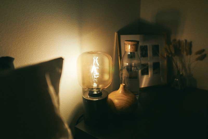 letto e comodino di casa, acqua, vaporizzatore aromi, simbolizza marginal gains sonno