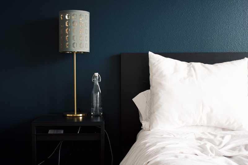 camera d'albergo, comodino, acqua, simbolizza marginal gains sonno