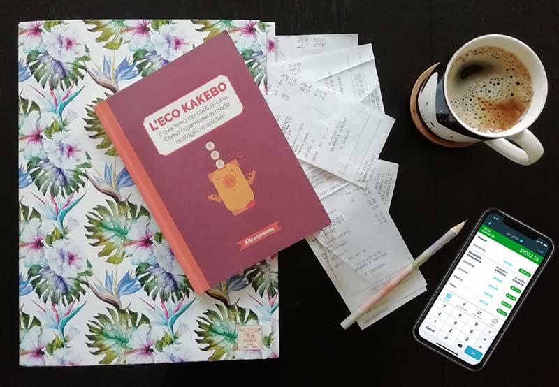 Eco Kakebo, scontrini, tazza di caffé e desolazione sul tavolo