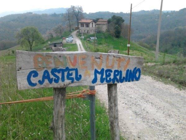 cartello di benvenuto nel borgo di castel merlino, monzuno
