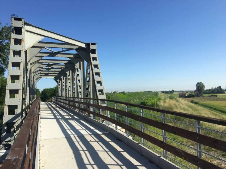 Ciclovia del Sole: passaggio sull'ex ponte ferroviario