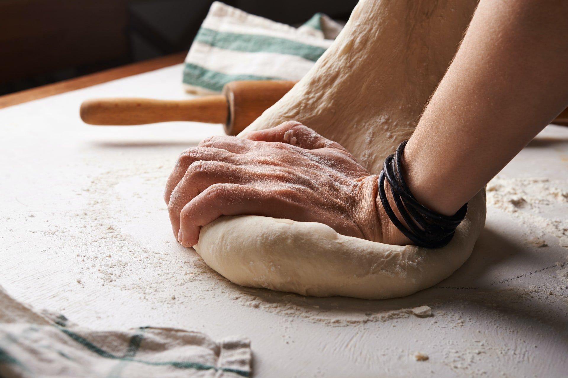 autoproduzione: impasto del pane a mano