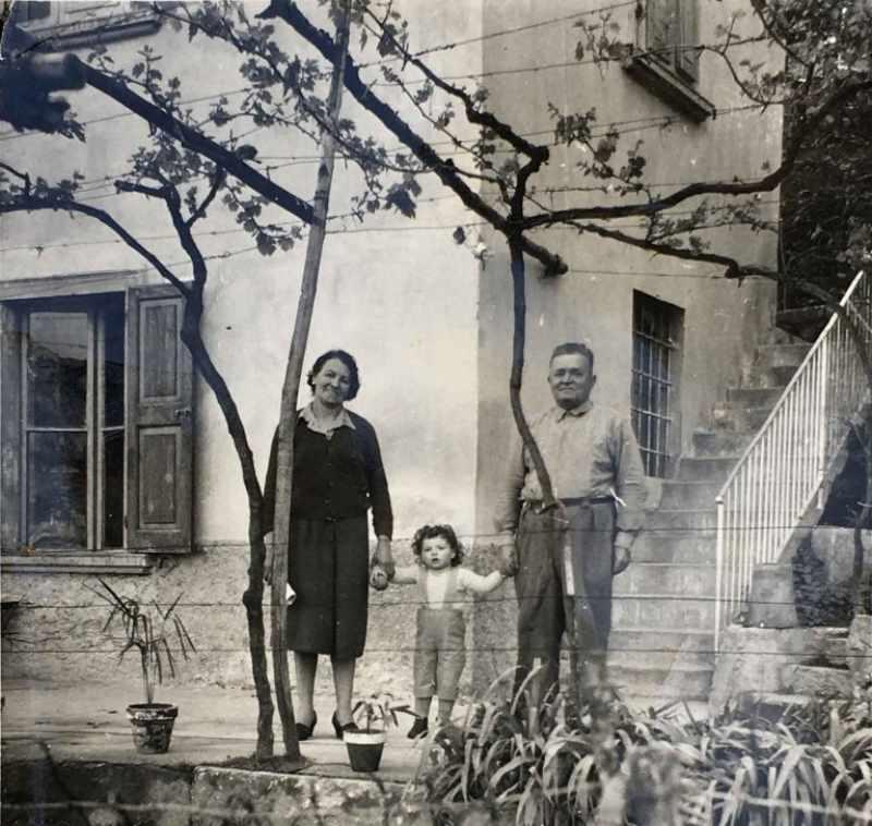 Titti, piccolissima, con i nonni e alle spalle la Casota com'era un tempo