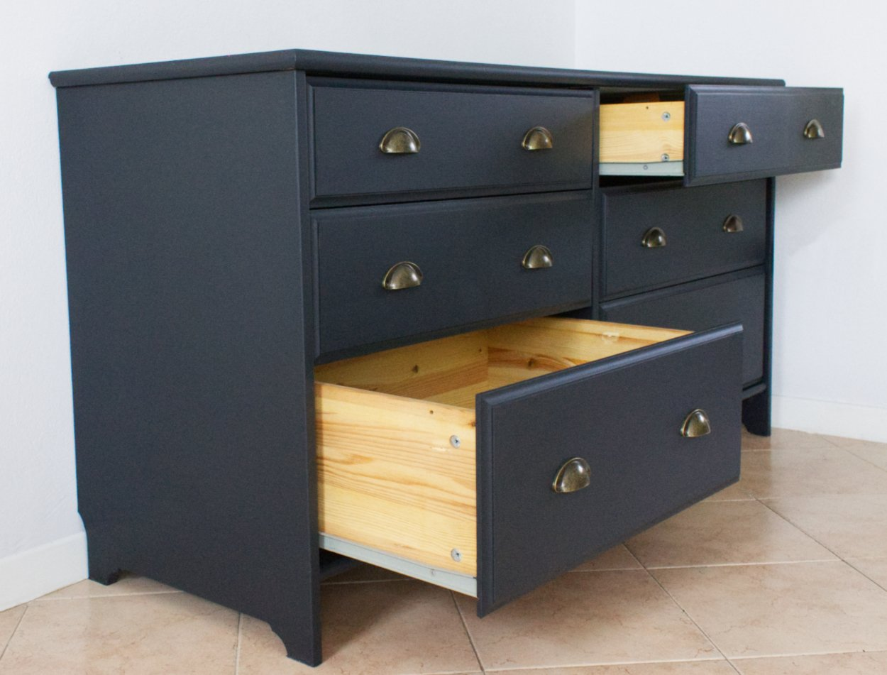 cassetti aperti, interno legno e fuori neri, ottima riuscita della cassettiera nera!