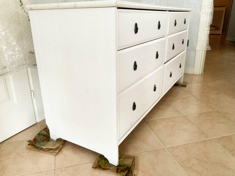 prima fase cassettiera restauro: proteggere attorno e scartavetrare