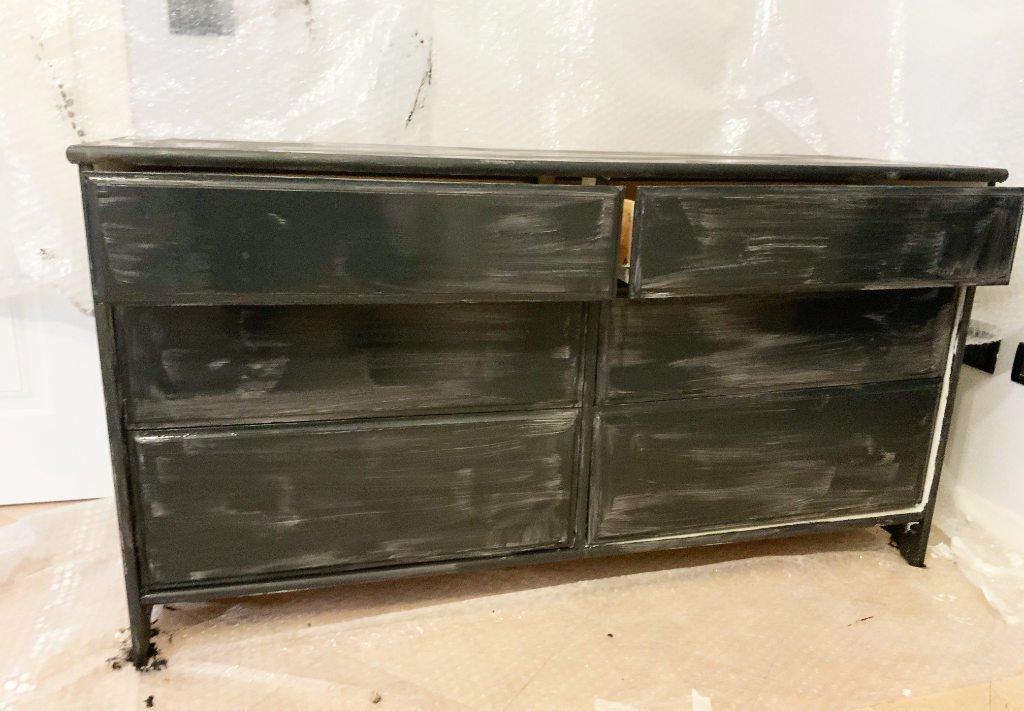 restauro cassettiera: prima mano di pittura